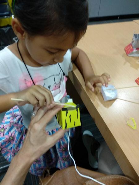Asa making a paper model tiger-อาสาฝึกทำเสือจำลอง จากกระดาษ